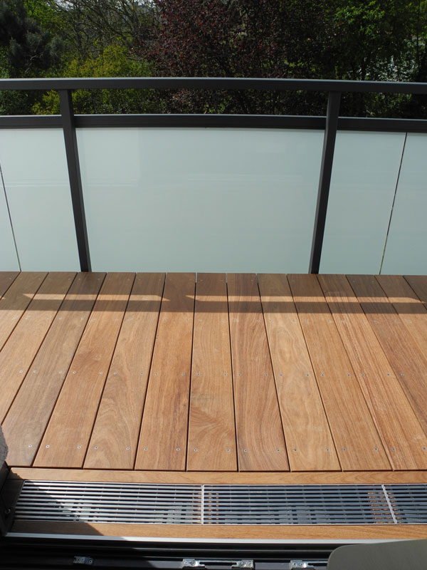 balkon holzboden beautiful balkon ideen mit ecksitzbank aus holz holzboden auf weiem kies. Black Bedroom Furniture Sets. Home Design Ideas